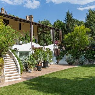 Esempio di un giardino mediterraneo esposto in pieno sole dietro casa con un giardino in vaso