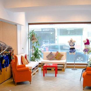 Idee per uno studio yoga contemporaneo di medie dimensioni con pareti bianche, pavimento in laminato e pavimento multicolore