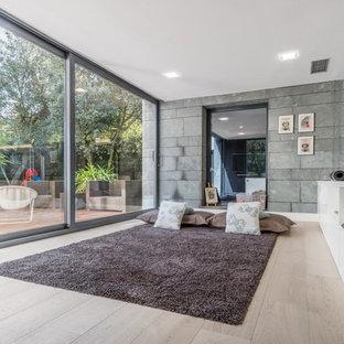 Foto di uno studio yoga design di medie dimensioni con pavimento in legno massello medio