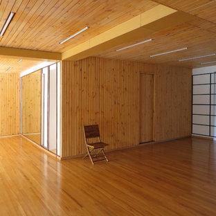 Foto di una palestra multiuso tropicale con pavimento in legno massello medio