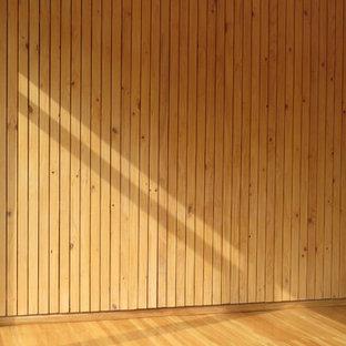 Idee per una palestra multiuso tropicale con pavimento in legno massello medio