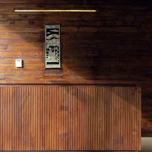 Immagine di una palestra multiuso tropicale con pavimento in legno massello medio