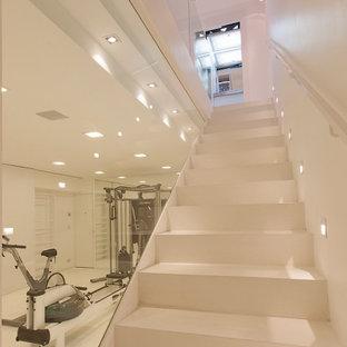 Esempio di una palestra multiuso contemporanea di medie dimensioni con pareti bianche, pavimento in linoleum e pavimento bianco