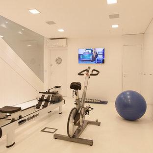 Immagine di una palestra multiuso minimal di medie dimensioni con pareti bianche, pavimento in linoleum e pavimento bianco