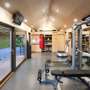 Multifunktionaler, Großer Moderner Fitnessraum mit Keramikboden und beiger Wandfarbe in Barcelona