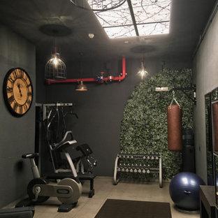 Immagine di una piccola palestra multiuso industriale con pareti nere, pavimento con piastrelle in ceramica e pavimento grigio