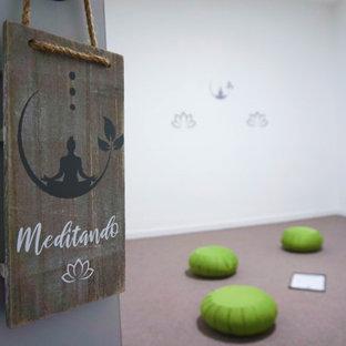 Inspiration pour un grand studio de yoga nordique avec un mur blanc, moquette et un sol beige.