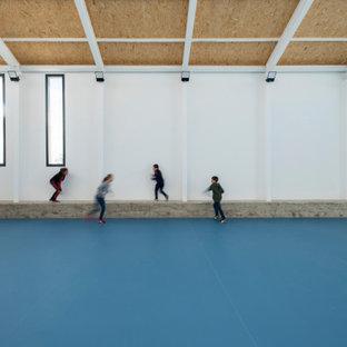 Multifunktionaler, Mittelgroßer Moderner Fitnessraum mit weißer Wandfarbe, Vinylboden, blauem Boden und Holzdecke in Sonstige