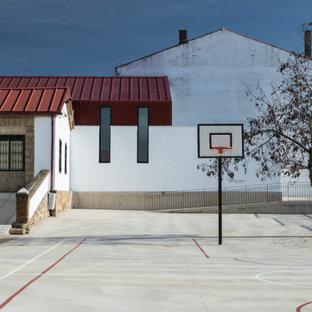 他の地域の中くらいのコンテンポラリースタイルのおしゃれな多目的ジム (白い壁、クッションフロア、青い床、板張り天井) の写真
