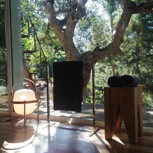 Immagine di uno studio yoga contemporaneo di medie dimensioni con pavimento in legno massello medio
