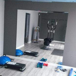 Multifunktionaler, Kleiner Klassischer Fitnessraum mit grauer Wandfarbe und gebeiztem Holzboden in Madrid