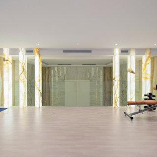 Esempio di una palestra in casa minimal con pareti beige, pavimento in marmo e pavimento beige