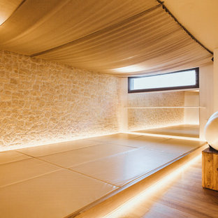 Ispirazione per uno studio yoga mediterraneo con parquet chiaro