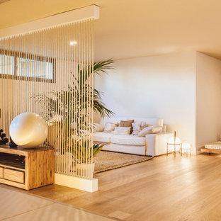 Idee per uno studio yoga mediterraneo con parquet chiaro