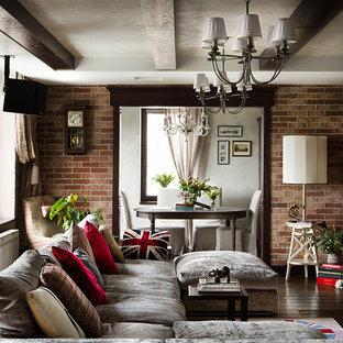 Diseño de salón abierto, ecléctico, con paredes multicolor y suelo de madera oscura