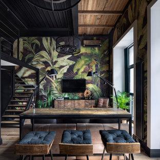 Ispirazione per un piccolo soggiorno industriale stile loft con pareti multicolore, parquet chiaro, TV a parete e pavimento beige