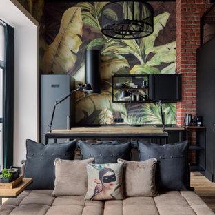 Imagen de salón tipo loft, urbano, pequeño, con paredes multicolor, suelo de madera clara, televisor colgado en la pared y suelo beige
