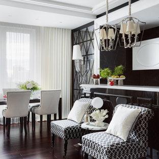 Неиссякаемый источник вдохновения для домашнего уюта: открытая гостиная комната среднего размера в современном стиле с черными стенами, темным паркетным полом и коричневым полом