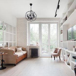 Стильный дизайн: парадная, изолированная гостиная комната в стиле фьюжн с белыми стенами, светлым паркетным полом и отдельно стоящим ТВ - последний тренд