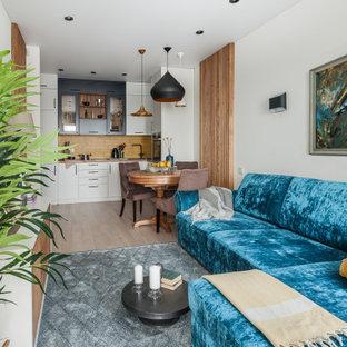 Свежая идея для дизайна: открытая гостиная комната среднего размера в современном стиле с белыми стенами, светлым паркетным полом и бежевым полом - отличное фото интерьера