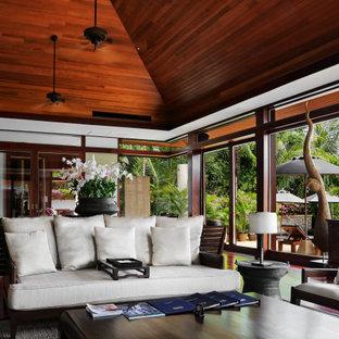 На фото: открытая гостиная комната в морском стиле с сводчатым потолком и деревянным потолком