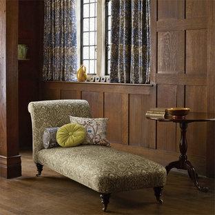 Idées déco pour un salon victorien avec un mur marron, un sol en bois foncé et un sol marron.