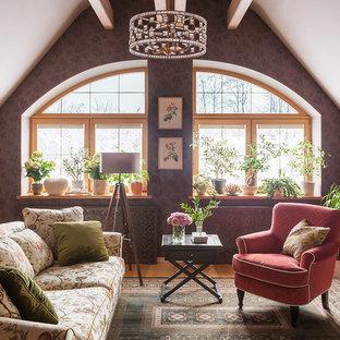 Стильный дизайн: гостиная комната в стиле современная классика с коричневыми стенами, паркетным полом среднего тона и коричневым полом - последний тренд
