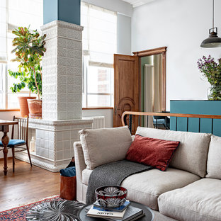 Неиссякаемый источник вдохновения для домашнего уюта: гостиная комната среднего размера в стиле шебби-шик с белыми стенами, паркетным полом среднего тона, стандартным камином и коричневым полом