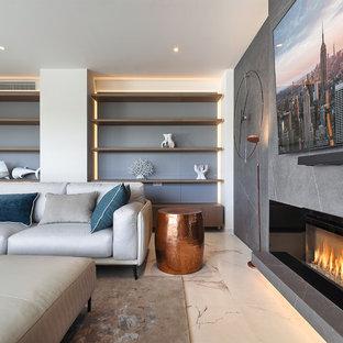 モスクワの中サイズのコンテンポラリースタイルのおしゃれなLDK (白い壁、磁器タイルの床、横長型暖炉、金属の暖炉まわり、壁掛け型テレビ、白い床) の写真