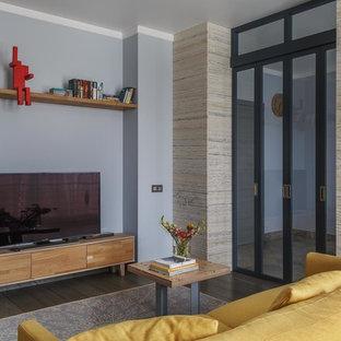 Свежая идея для дизайна: парадная гостиная комната в современном стиле с синими стенами, паркетным полом среднего тона и отдельно стоящим ТВ - отличное фото интерьера