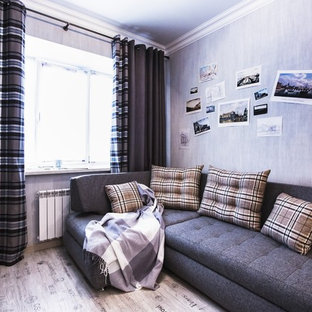 Foto de salón industrial, pequeño, con paredes grises, suelo laminado y suelo beige