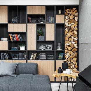 Imagen de salón abierto, contemporáneo, de tamaño medio, con paredes blancas, suelo de cemento, chimeneas suspendidas, marco de chimenea de metal y suelo gris
