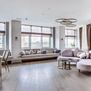 Стильный дизайн: большая открытая гостиная комната в современном стиле с бежевыми стенами, паркетным полом среднего тона и коричневым полом - последний тренд