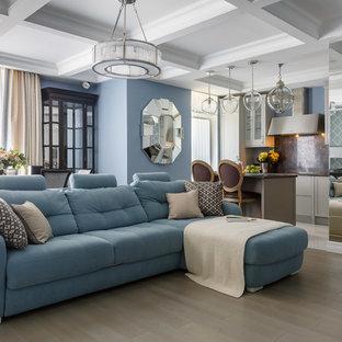 На фото: гостиные комнаты в классическом стиле с синими стенами, светлым паркетным полом и бежевым полом