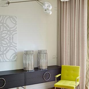 Immagine di un grande soggiorno contemporaneo con pareti bianche, parquet chiaro e nessuna TV