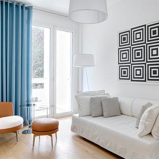 Ispirazione per un soggiorno design di medie dimensioni e chiuso con pareti bianche e parquet chiaro