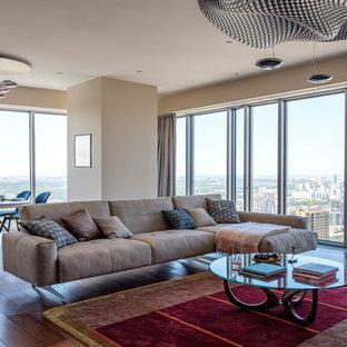 Идея дизайна: большая парадная, изолированная гостиная комната в современном стиле с темным паркетным полом, бежевыми стенами и коричневым полом