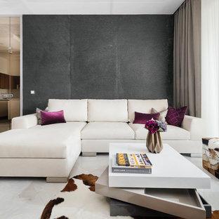 Новые идеи обустройства дома: гостиная комната среднего размера в современном стиле с полом из керамогранита, белым полом и разноцветными стенами