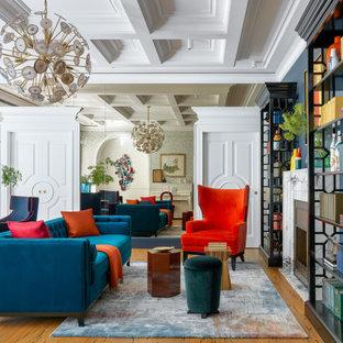 Пример оригинального дизайна: гостиная комната в стиле современная классика с серыми стенами и коричневым полом