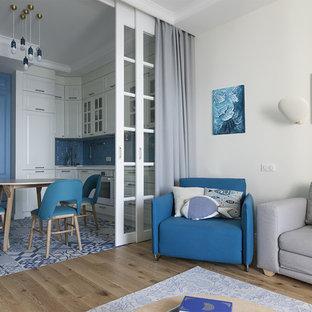 Foto di un piccolo soggiorno minimal aperto con pareti bianche, pavimento in legno massello medio, pavimento beige e sala formale