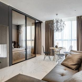 Ejemplo de sala de estar abierta, actual, pequeña, sin chimenea, con suelo de mármol, televisor colgado en la pared y suelo blanco