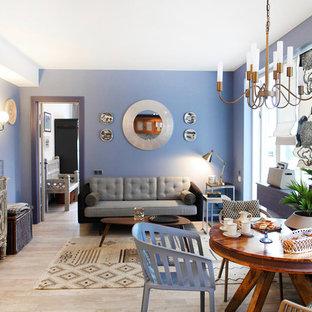 На фото: маленькая открытая гостиная комната в стиле фьюжн с синими стенами, светлым паркетным полом, отдельно стоящим ТВ и бежевым полом с