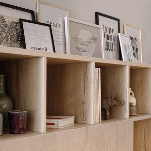 Idee per un soggiorno design stile loft con libreria, pareti beige, pavimento in linoleum, nessun camino e TV nascosta