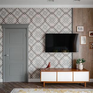 На фото: гостиные комнаты в стиле фьюжн с телевизором на стене и коричневым полом