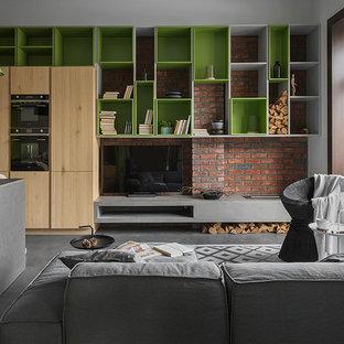 Idee per un piccolo soggiorno industriale aperto con pareti marroni, camino lineare Ribbon e TV autoportante