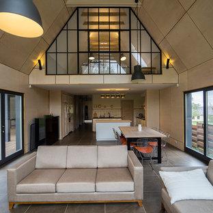 Стильный дизайн: парадная, открытая гостиная комната в современном стиле с бежевыми стенами - последний тренд