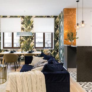 Неиссякаемый источник вдохновения для домашнего уюта: открытая гостиная комната среднего размера в современном стиле с белыми стенами и светлым паркетным полом без камина, ТВ