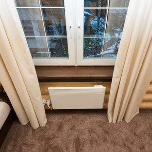 Ejemplo de sala de estar abierta, pequeña, con paredes beige, moqueta, televisor colgado en la pared y suelo violeta