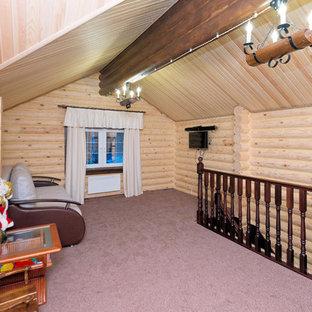 Kleines, Offenes Wohnzimmer mit beiger Wandfarbe, Teppichboden, Wand-TV und lila Boden in Moskau