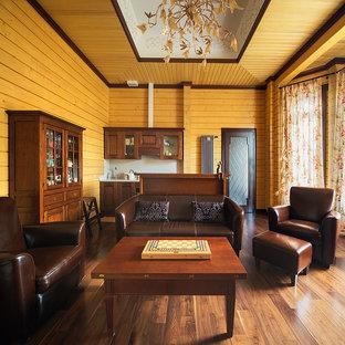 Esempio di un grande soggiorno country stile loft con angolo bar, pareti beige, pavimento in legno massello medio, camino ad angolo, cornice del camino in intonaco e TV autoportante